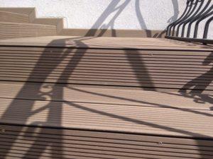 obudowa istniejących schodów, zacięcia desek