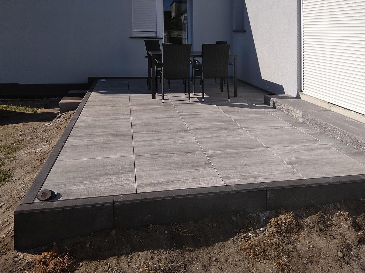 płyty gresowe i krawężnik betonowy